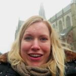 Manon in Haarlem met op de achtergrond de Sint-Bavokerk.