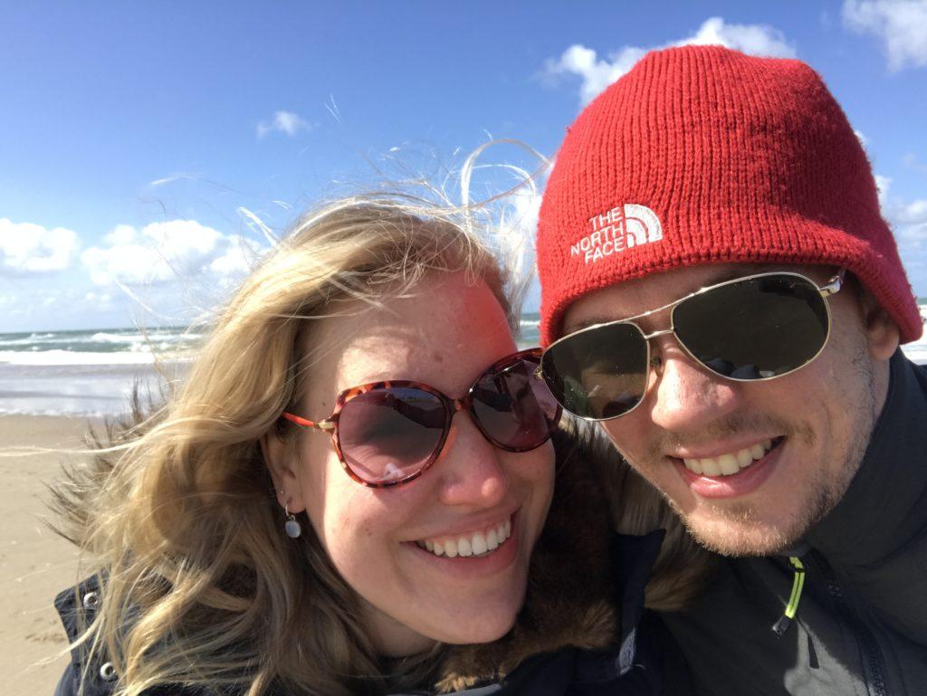 Manon en haar vriend bij de zee in Egmond aan Zee.
