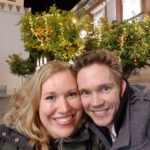 Manon en Stijn op Oudjaarsavond in Sevilla bij versierde sinaasappelbomen.