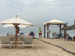 De vlonders en de lifeguard om mensen met een beperking de zee in te helpen in Playa de Palma.