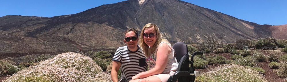 Manon en haar vriend op het terras van het hotel Parador Cañadas del Teide met op de achtergrond El Teide.