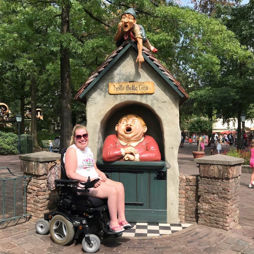 Manon in haar rolstoel in de Efteling bij Holle Bolle Gijs.