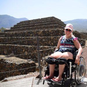 Manon in het park van de Piramides de Güimar met op de achtergrond de grootste piramide van het park.