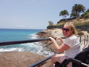 Manon met uitzicht op zee bij Playa del Duque in Costa Adèje op Tenerife.