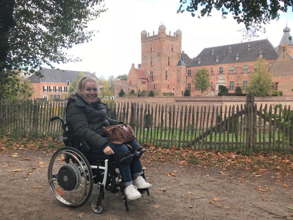 Manon voor Kasteel Huis Bergh in 's Heerenbergh tijdens haar vakantie in de Achterhoek