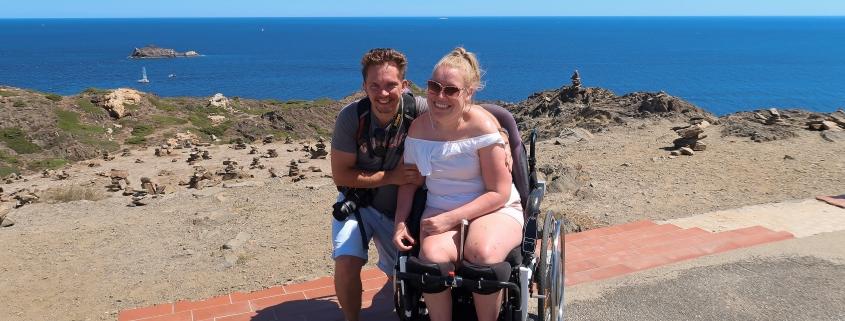 Manon en haar vriend Stijn bij Cap de Creus tijdens hun vakantie in Spanje.