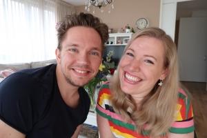 Manon en haar vriend Stijn kijken breedlachend in de camera tijdens het opnemen van de relatie video's.