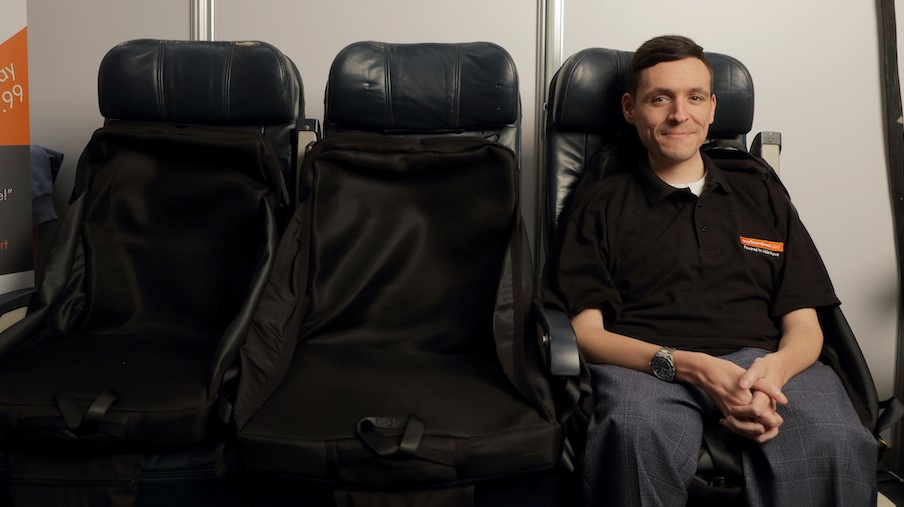 Josh in zijn eigen EasyTravelseat. (bron: Able Move UK ltd.)