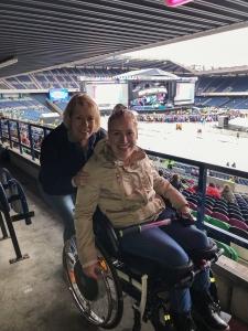 Manon en haar moeder in het stadion van Edinburgh voor het reünieconcert van de Spice Girls.