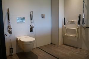 Badkamer van de aangepaste hotellkamer in Van der Valk Hotel Heerlen.