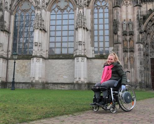 Manon in haar rolstoel bij de Sint Janskathedraal in 's Hertogenbosch.