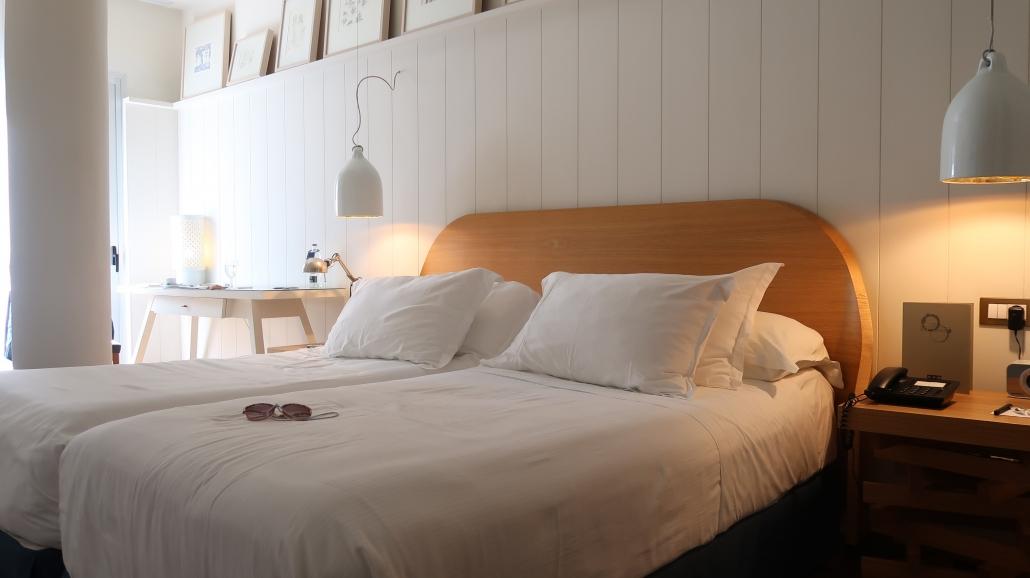 Het bed in de aangepaste hotelkamer voor mindervaliden van hotel H10 Big Sur