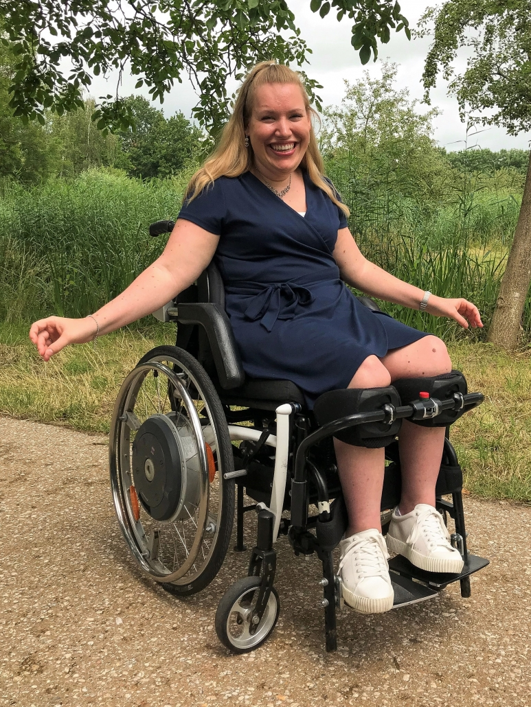 Manon van den Heuvel in haar handbewogen LSR rolstoel van Permobil.