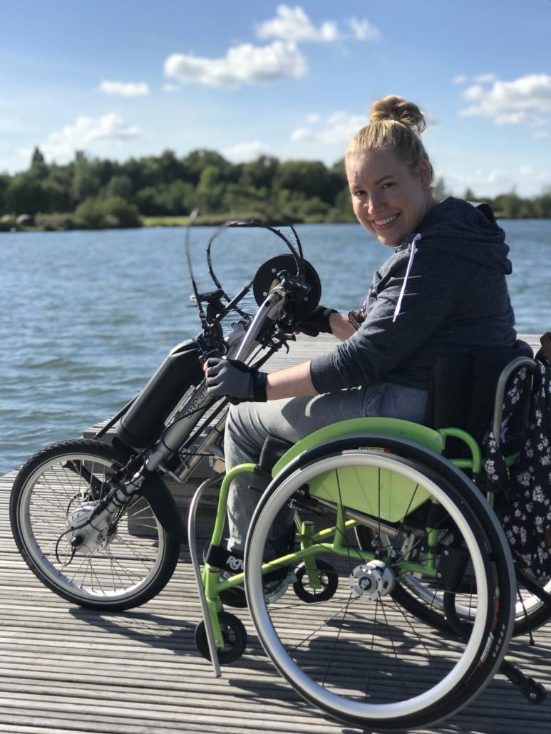 Manon in haar sportrolstoel en handbike van Double Performance.
